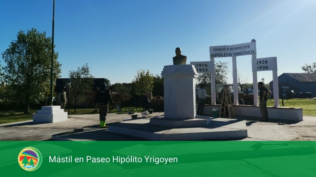 Mástil en Paseo Hipólito Yrigoyen.